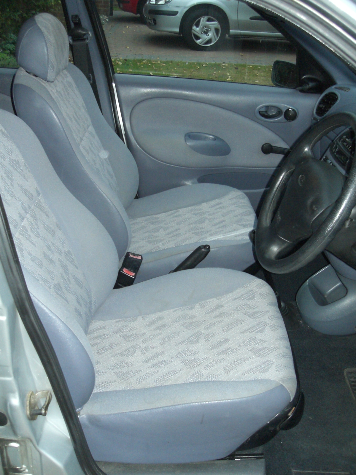 Inside front of Ford Fiesta 1.3 1997